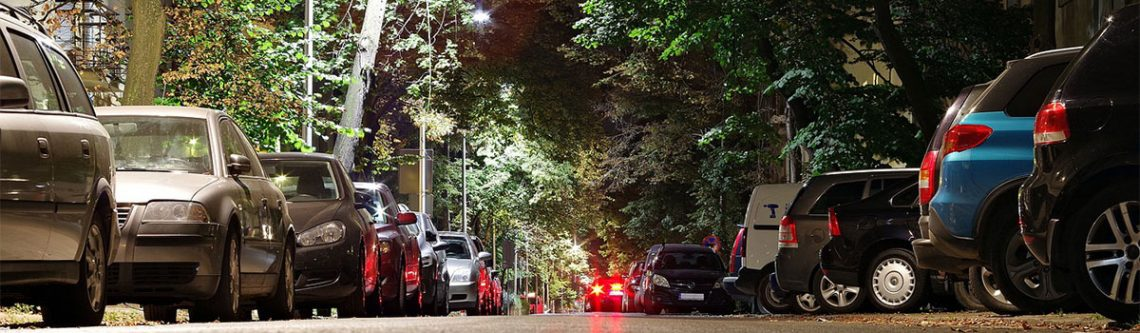Parkplätze entlang einer Strasse