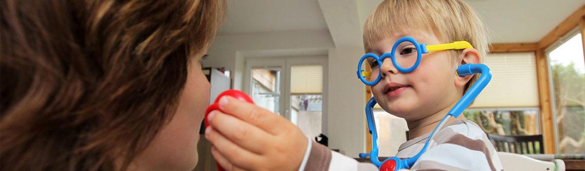Ein Junge spielt mit einem Stetoskop.